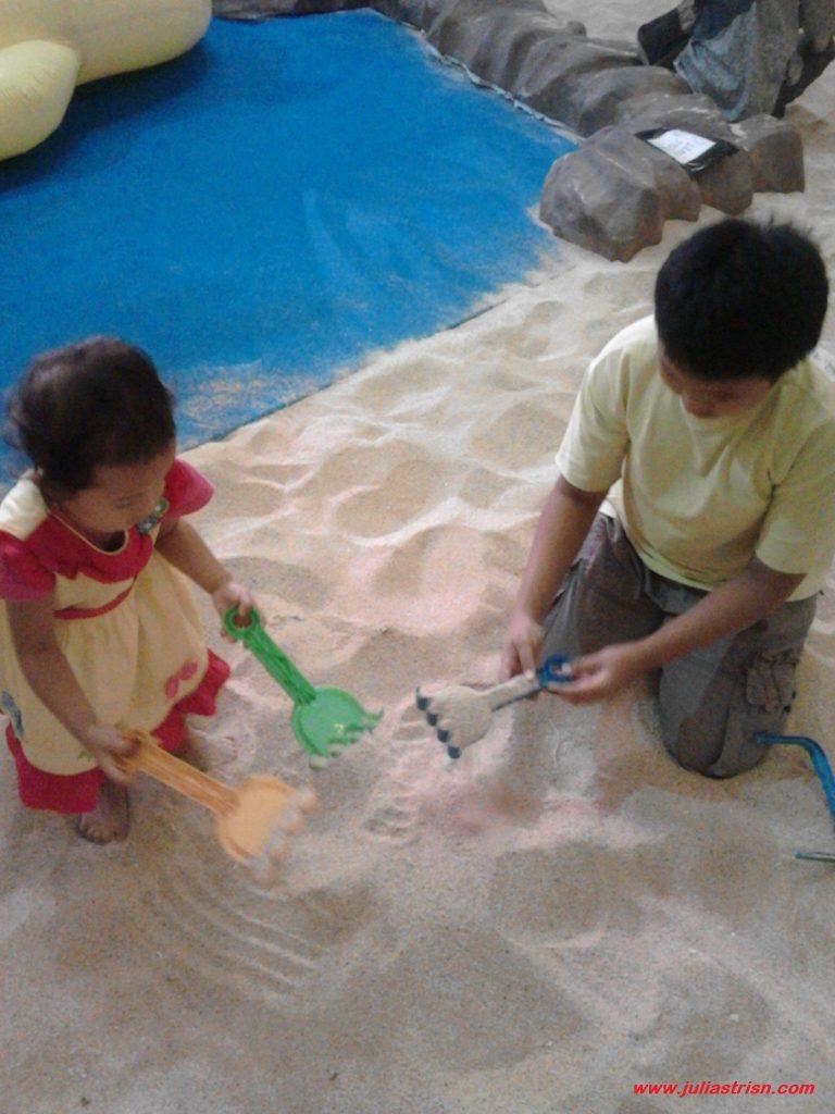 Bermain pasir dengan khidmat.. :)