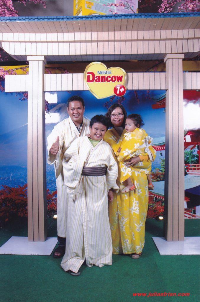 Senangnya bisa berfoto keluarga pakai Kimono :)