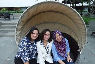 Saya (tengah) bersama Mak Tunjung (kanan) & Mak Rian (kiri) dari Komunitas Blogger Cantik Jogja (BCJ). Hasil cetak foto dengan printer Brother persis dengan aslinya (Dokumen by Atanasia Rian)