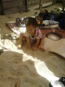 Si Kecil bermain pasir di pesisir :)